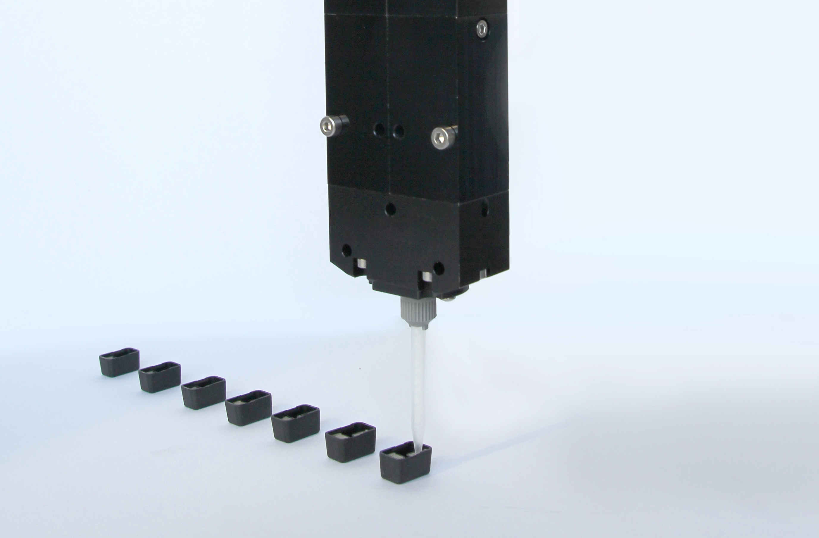 Dispenser Visco-Duo-P 4/4 in a potting application. (Picture: Viscotec)